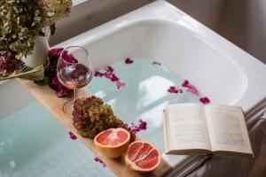 Combattere la cellulite con i trattamenti all'uva e al vino home made