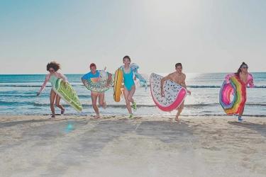 Festeggia il solstizio d'estate con i gonfiabili a tema summer!