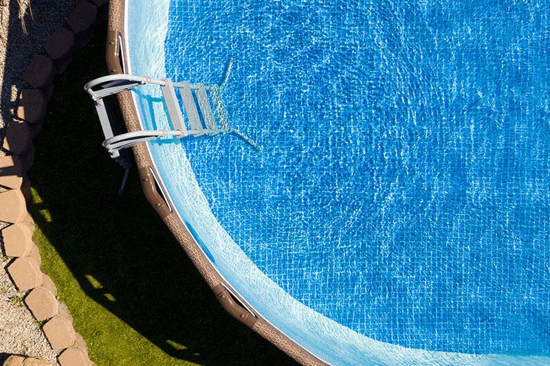 Trattamento chimico dell'acqua della piscina: cosa fare